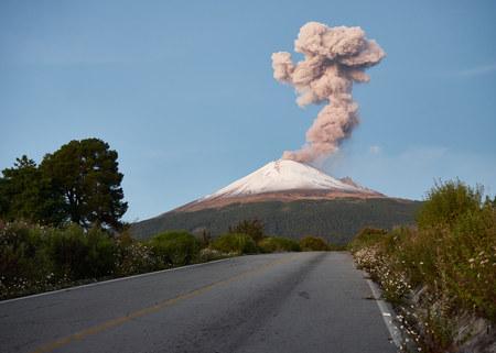 Kolumna dymu na wulkanie Popocatepetl widziana z ulicy Ruta de Evacuación, puebla, Meksyk