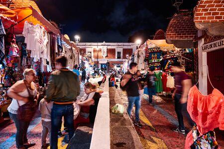 Handcraft market El Paria at night 新闻类图片