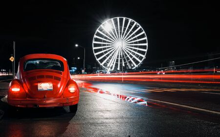 Volkswagen Beetle in mexican road at night with light trail 新闻类图片