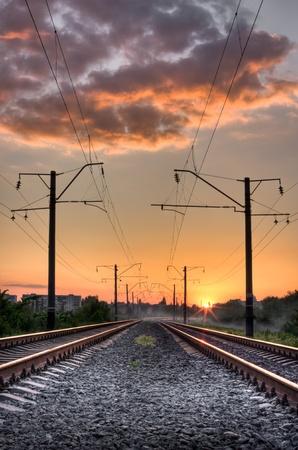 locomotora: Forma de ferrocarril en el ocaso de un sol
