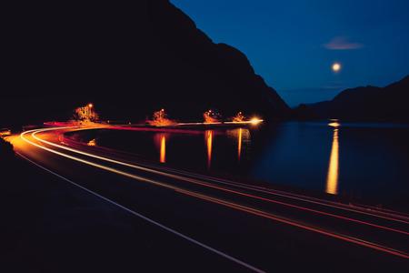 闇夜の道、山および湖