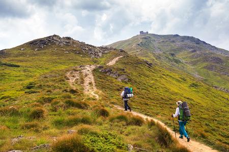 ポップ イヴァンの山に登る。ウクライナ、カルパティア山脈、モンテネグロの山。2022 メートル。 写真素材