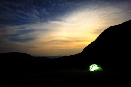 山で星空の下でキャンプ