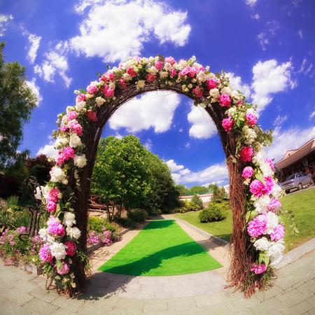 ホテルの庭で花結婚式ゲート 写真素材