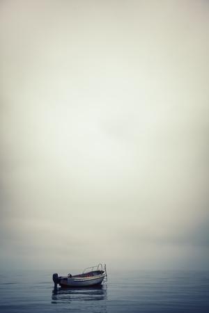 港で穏やかな水で孤独なボート 写真素材