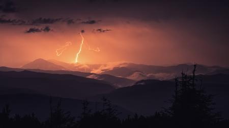 カルパティア山脈、Maramorosh 尾根、夜のシーンの中に雷します。