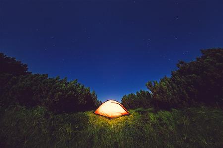 山地、ウクライナの Chernogorsky の範囲の星の空の下でのキャンプ