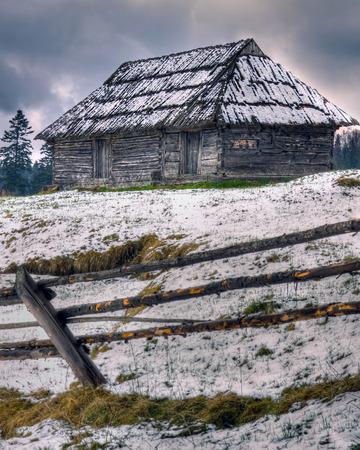 野生の山の高い木造家屋を放棄し、誤った観光客のためのシェルター