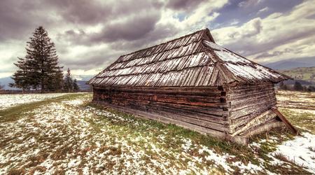 カルパティア山脈、hdr で放棄された木造住宅