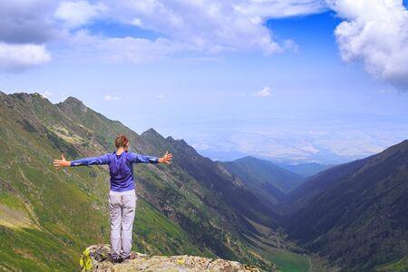 Hiker looks at the beautiful Romanian Carpathians, Fagerash array. Foto de archivo - 150030733