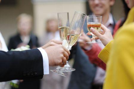 Celebración de la boda con gafas, champagne