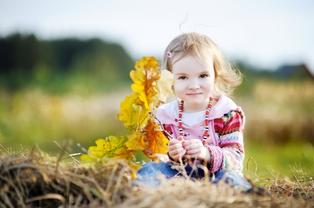 Adorable bambin fille à l'extérieur sur la belle journée d'automne Banque d'images