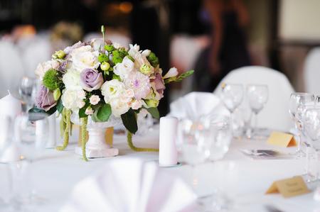 arreglo de flores: Mesa para una fiesta o evento de recepción de la boda