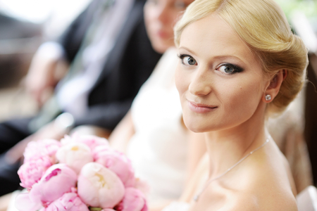 Belle jeune mariée portrait en plein air