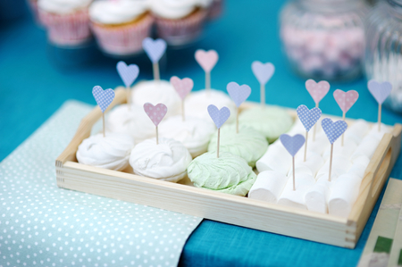 sugarpaste: Delicious wedding marshmallows with heart-shaped sticks