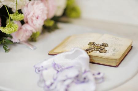 edelstenen: Gouden kruis met edelstenen op de Heilige Bijbel