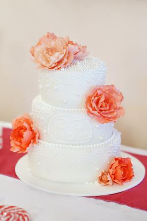 pastel boda: Delicioso pastel de boda blanco decorado con peonías