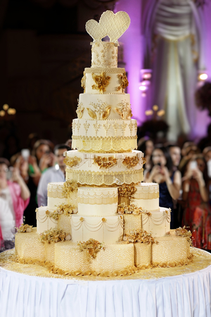 tiers: The biggest wedding cake ever