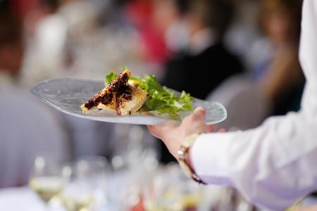 camarero: Camarera est� llevando un plato con plato de carne