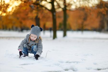 mignonne petite fille: Petite fille amuser le jour d'hiver dans la ville