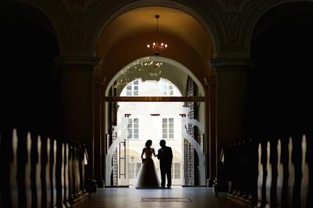 신부는 그녀의 아버지와 함께 복도를 걷고