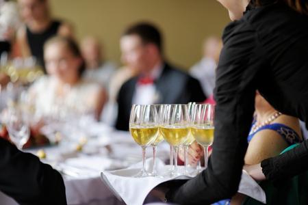 Kellnerin mit Schale Champagner und Weingläser