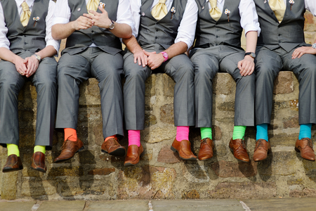 wedding: 伴郎的滑稽五顏六色的襪子 版權商用圖片