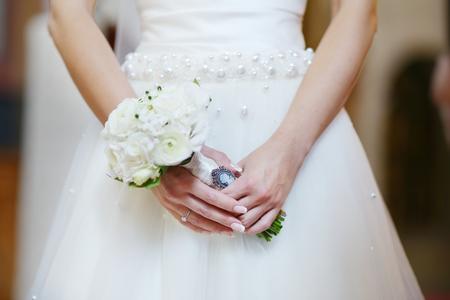 cérémonie mariage: Bride tenant des fleurs lors de la cérémonie de mariage à l'église