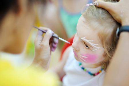 face: Adorable petite fille obtenir son visage peint