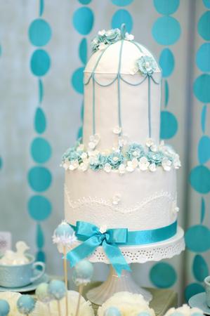 pastel de bodas: Dos historias pastel de bodas decorada con flores de color azul