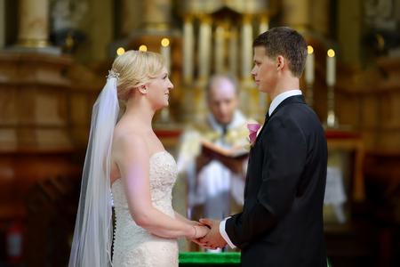Bruid en bruidegom in de kerk tijdens een huwelijksceremonie
