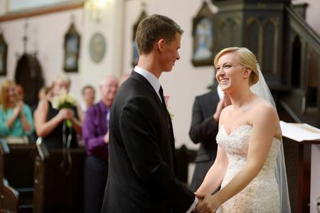 教会の結婚式の中で新郎新婦