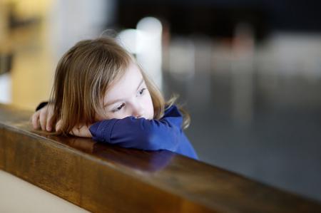 gente triste: Retrato pensativo niña en el interior Foto de archivo