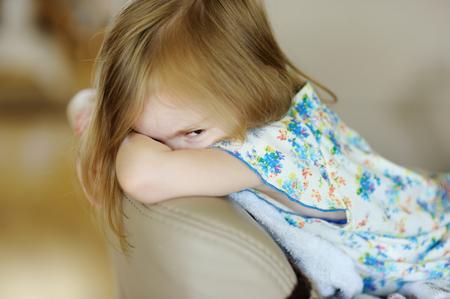 Retrato de la niña enojada en casa Foto de archivo - 39679420
