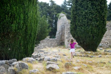 aesculapius: Niña turismo ruinas históricas de Asclepieion