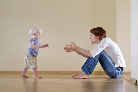 séta: Aranyos, mosolygós kislány tanulás járni