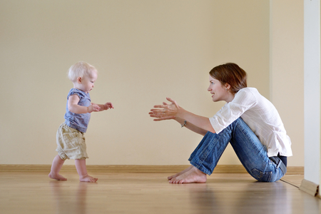 bebes: La sonrisa linda niña aprendiendo a caminar