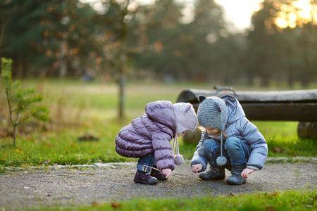 Deux soeurs jouent en plein air sur le début du printemps ou fin de l'automne