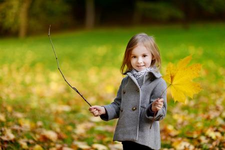niños sanos: Adorable niña divertirse en el hermoso día de otoño