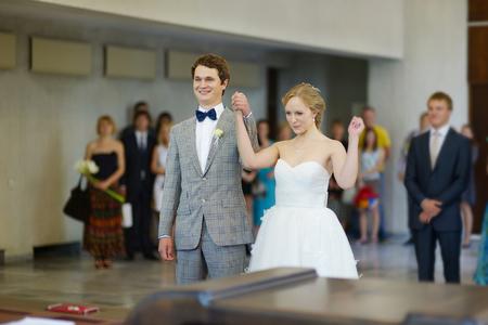 anagrafica: Coppia giovane sposarsi in un ufficio del registro