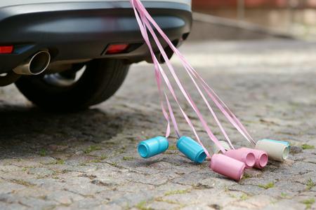 pareja de esposos: Vista trasera de un coche de la boda con latas adjunto