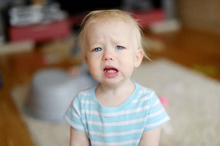 bebe enfermo: Niña niño molesto enojado en casa
