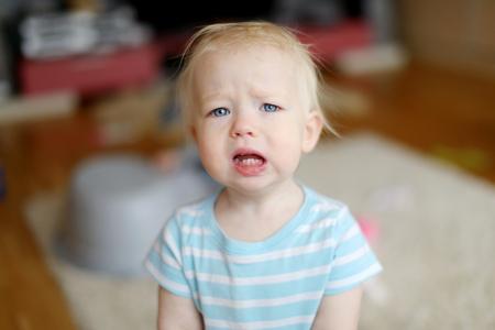 chory: Zły zdenerwowana dziewczyna maluch w domu