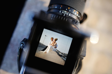 hombre disparando: Disparos una boda con una cámara vieja escuela de la vendimia
