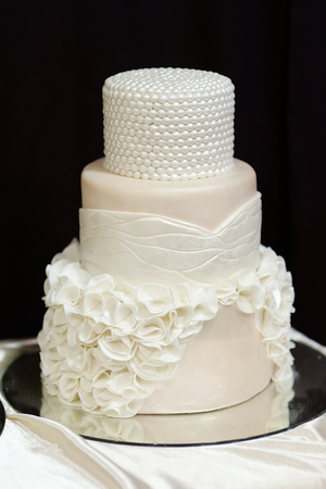 White wedding cake decorated with white pearls and flowers Banco de Imagens - 40754371