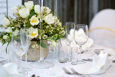 plate setting: Table setting for an event party or wedding reception Stock Photo
