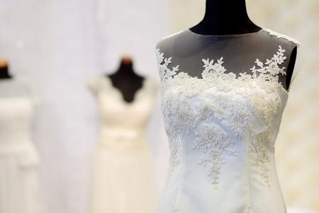 Hermosos vestidos de boda en una maniquíes Foto de archivo - 40755189