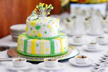 pastel boda: Pastel de boda rayado decorado con flores amarillas y verdes