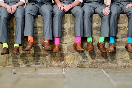de colores: Calcetines de colores divertidos de los padrinos de boda