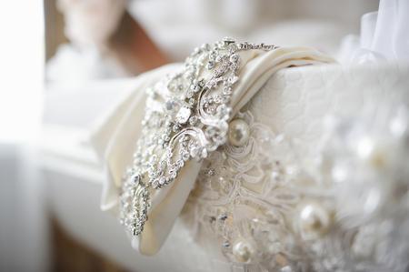 아름다운 웨딩 드레스의 장식을 닫습니다